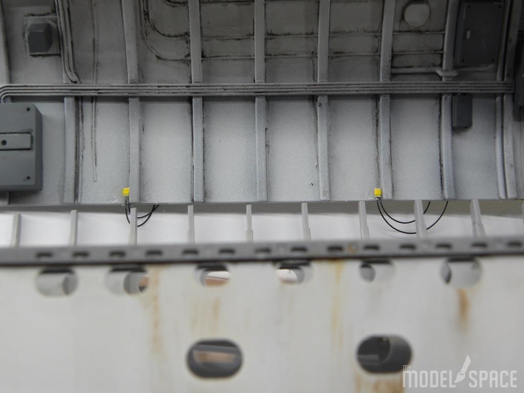 Beleuchtung::Hinter dem Motor angebracht Hilfsleuchten